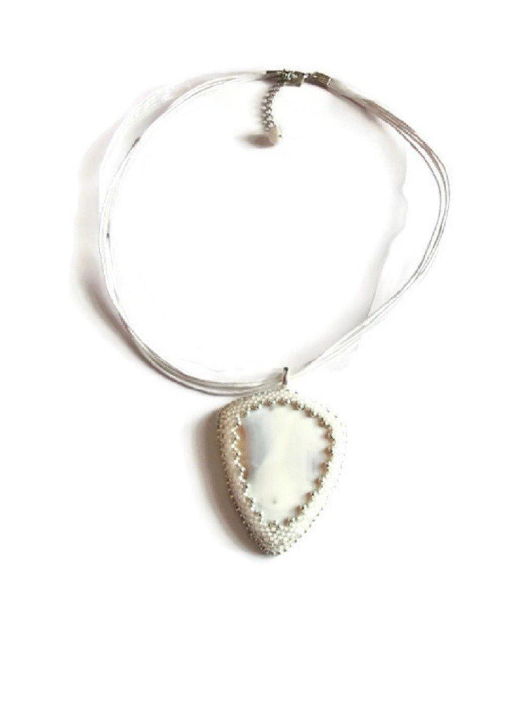Collier pendentif blanc et argenté brodé agate givré et perles miyuki, Collier mariage, bijoux mariée