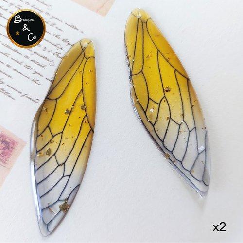 Pendentif en résine aile de papillon / de fée  -  couleur jaune clair  avec paillettes or -  percées - 2 unités - 5 cm