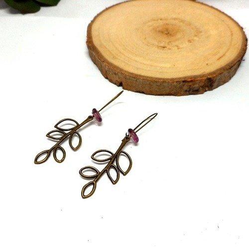 Boucles d'oreilles dormeuses feuille filigrane perle de verre vieux rose par breloques et cie