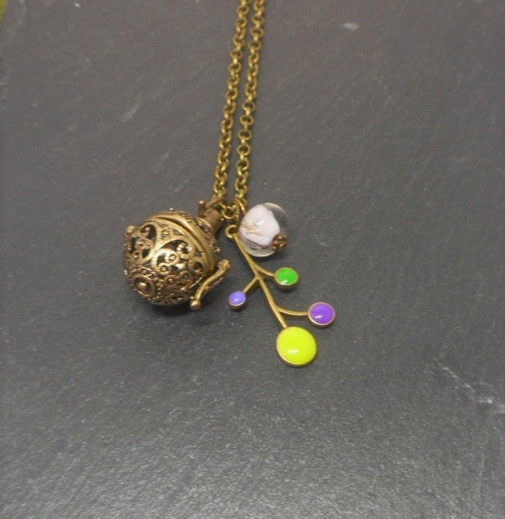 A parfumer!!! Collier sautoir a parfumer fleur émaillée, perle filée mauve par breloques et cie