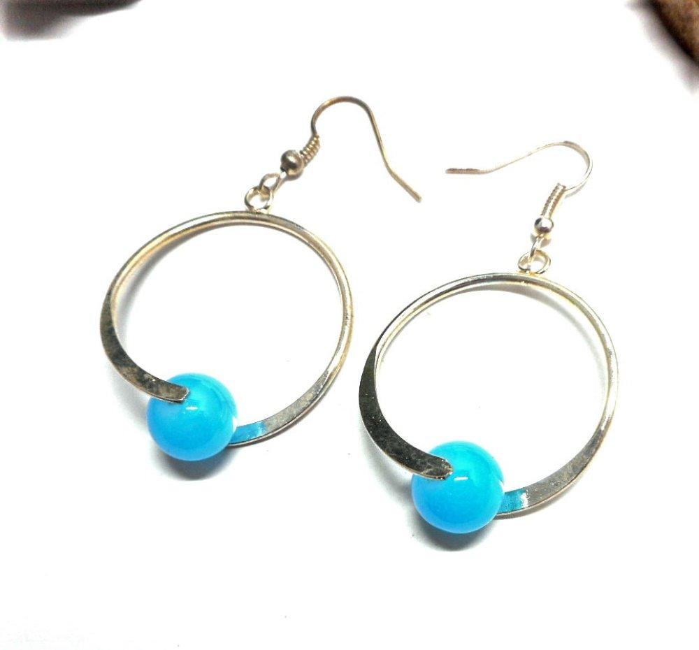 Boucles d'oreille style créoles perles turquoise par breloques et cie
