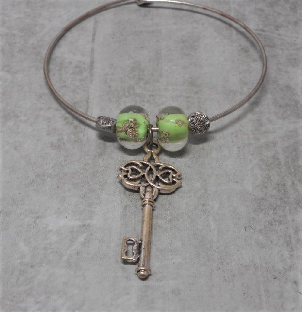 Bracelet jonc rigide breloque clé et perles filées vertes par breloques et cie