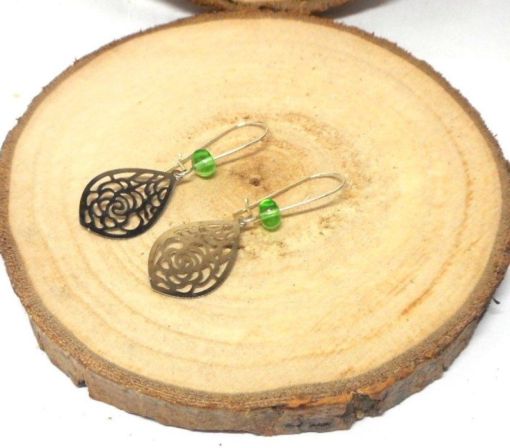 Boucles d'oreille dormeuses argentée, fleur, perle verte par breloques et cie