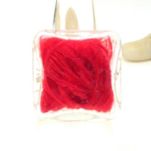 Bague globe carrée plumes rouges par breloques et cie
