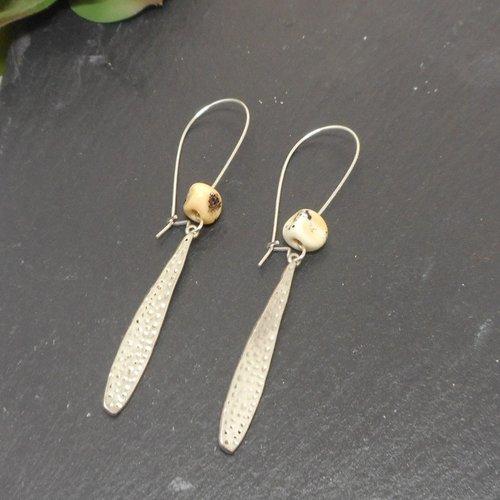 Boucles d'oreilles dormeuses goutte travaillée argenté et perle beige par breloques et cie