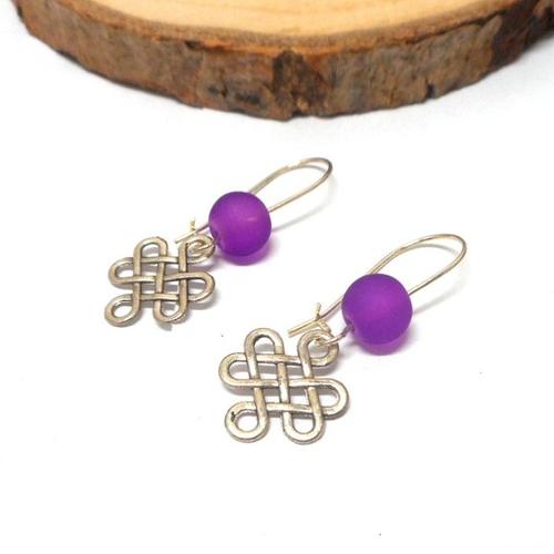Boucles d'oreilles dormeuses noeud chinois, perles violette par breloques et cie