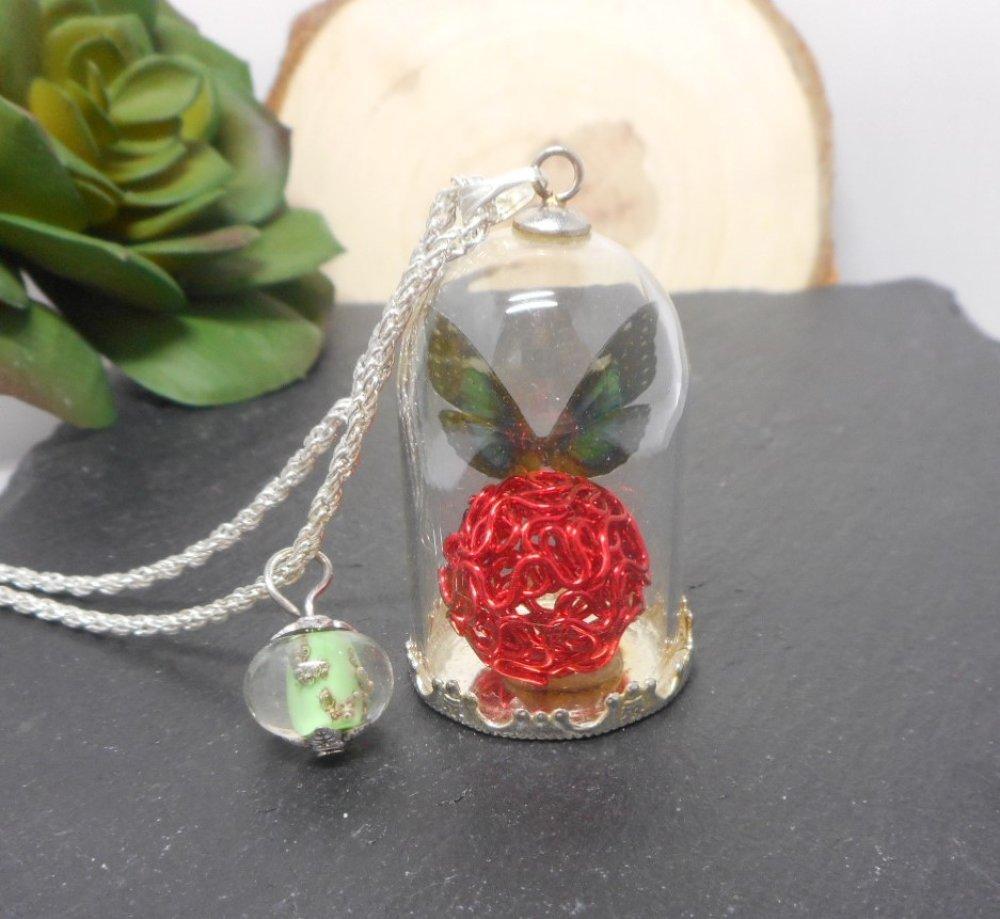 Collier sautoir globe en verre papillon vert, boule rouge, perle filée par breloques et cie