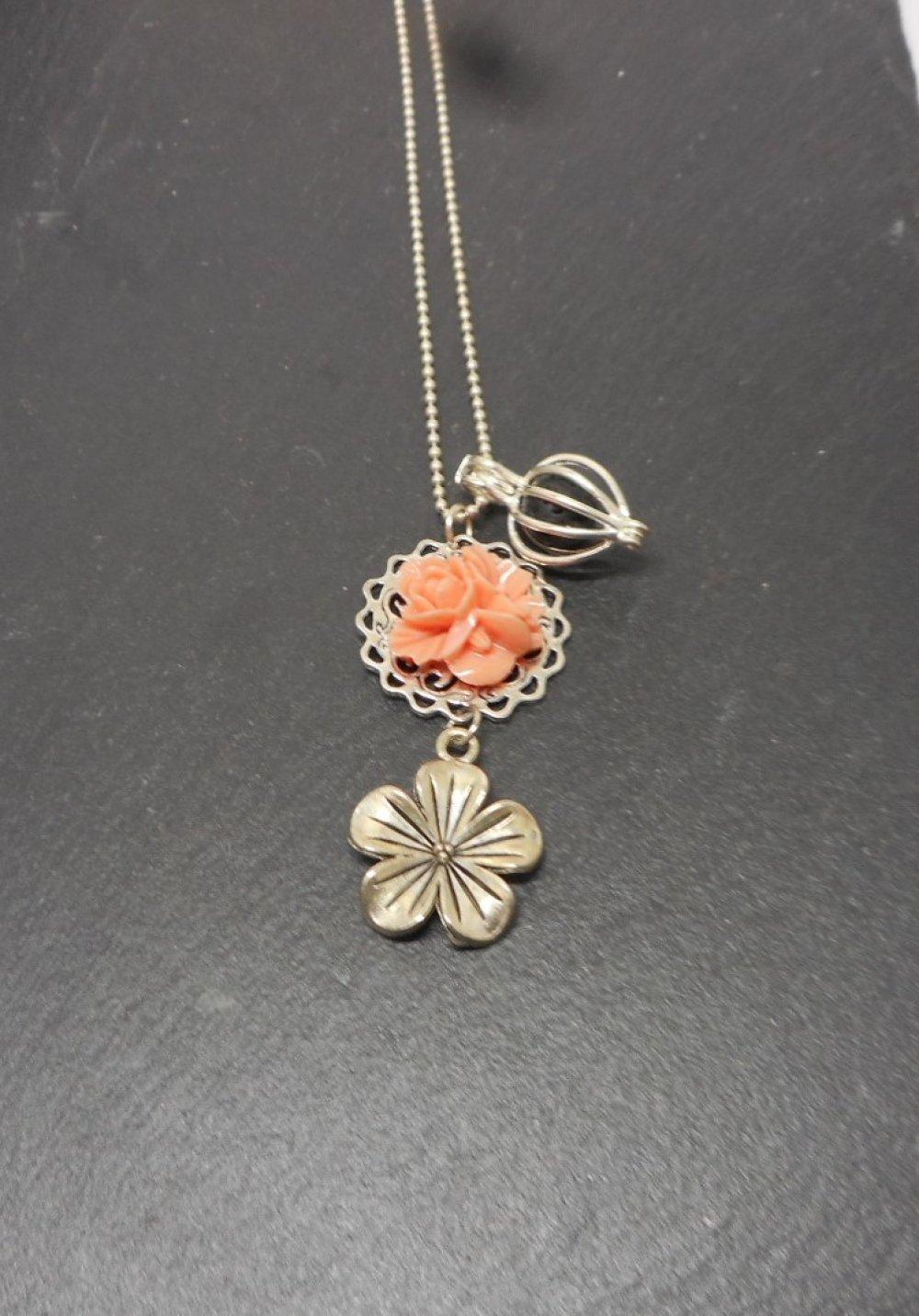 A parfumer!!! Collier sautoir a parfumer, argenté fleur rose, par breloques et cie