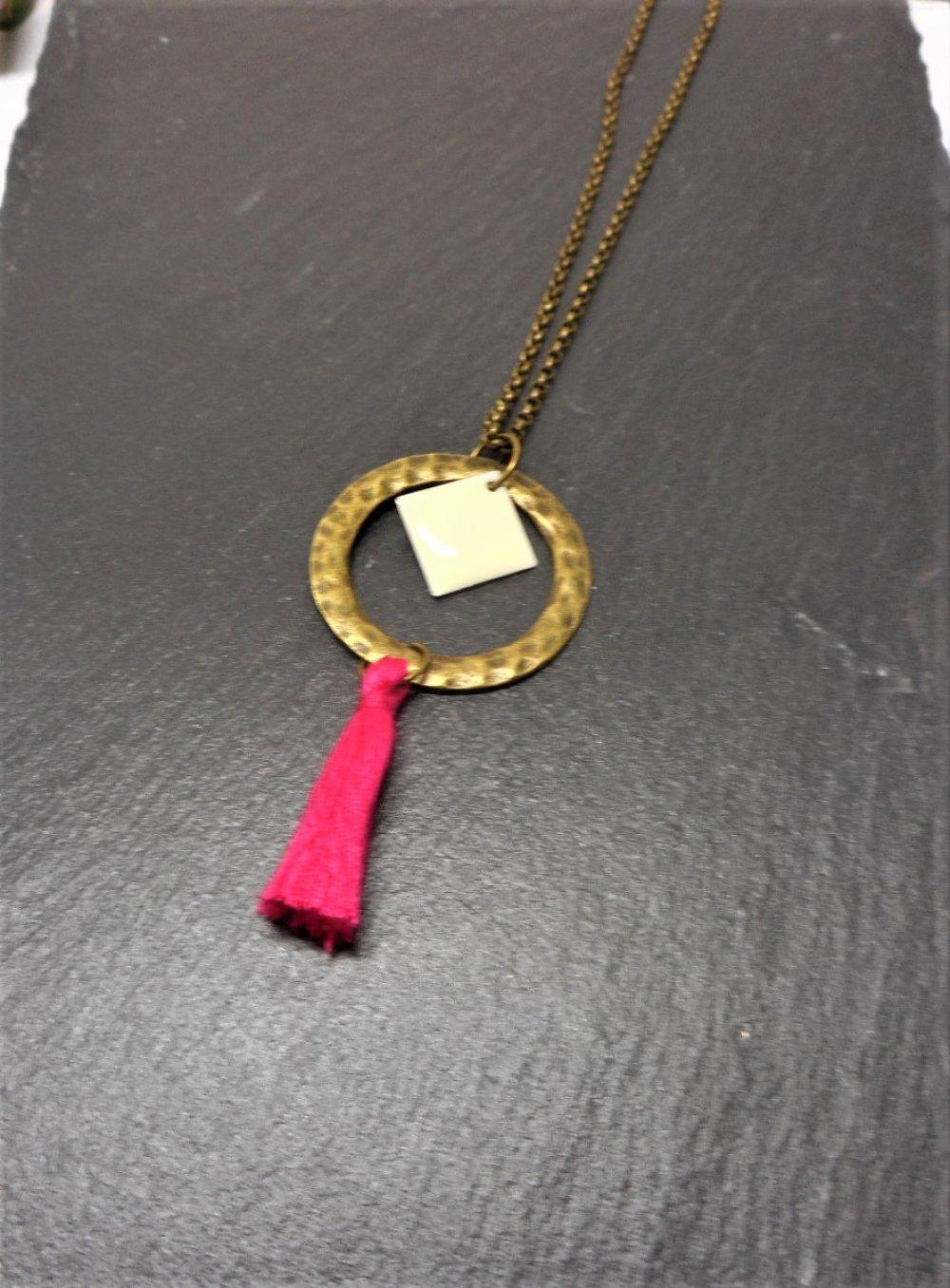 Collier sautoir bronze, rond martelé, pompon rouge et breloque émaillée blanche par breloques et cie