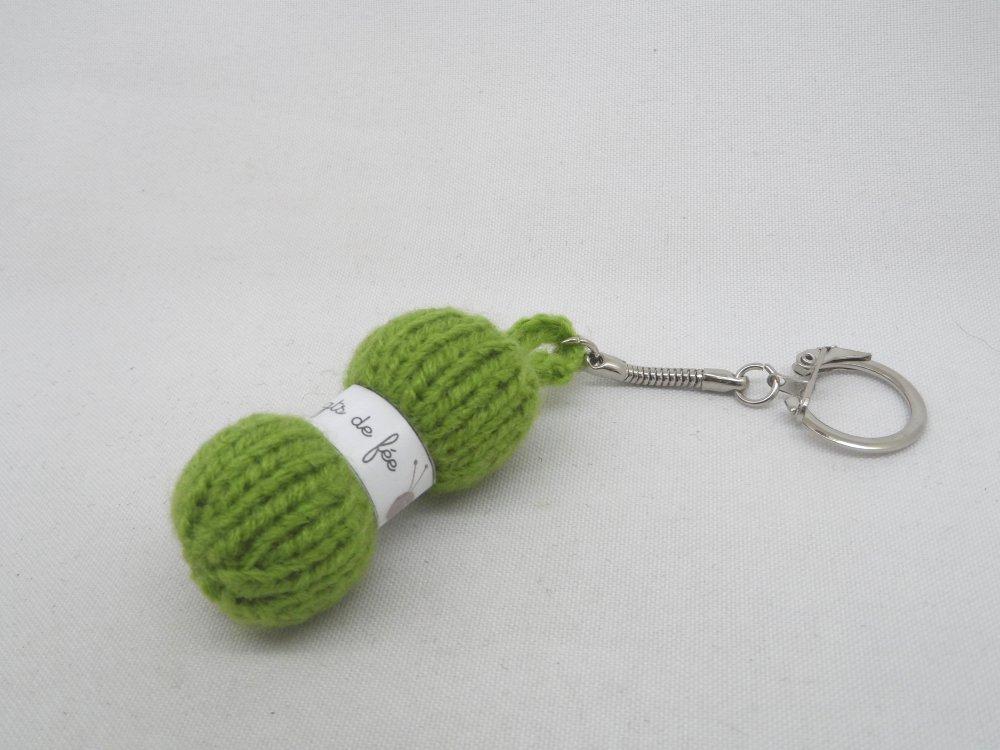 n°3 Porte clés pelote de laine étiquette Les doigts de fée  en laine vert