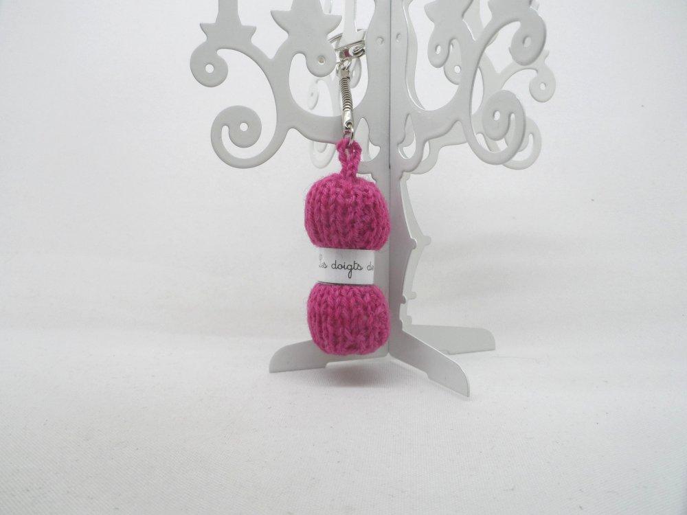 n°3 Porte clés pelote de laine étiquette Les doigts de fée  en laine mauve