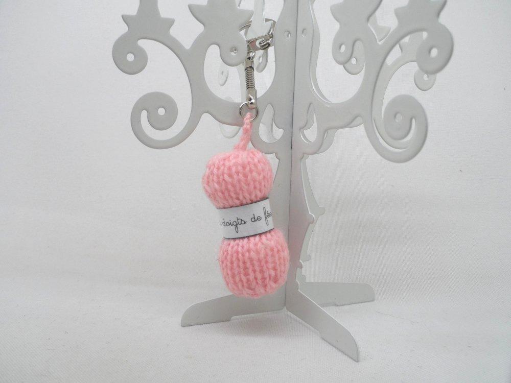n°3 Porte clés pelote de laine étiquette Les doigts de fée  en laine rose n°1
