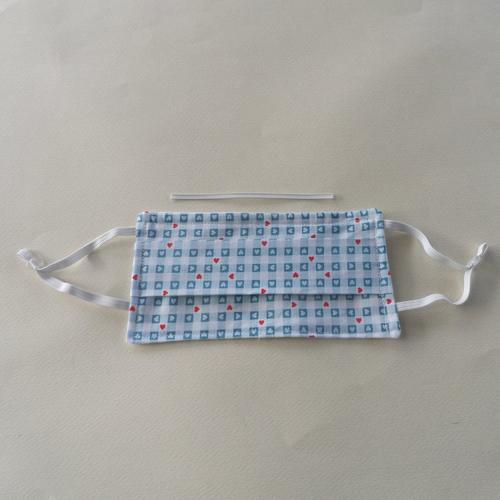 N°56 masque enfant en tissu 2 couches cotons pince nez incorporé motif cœurs fond et envers blanc
