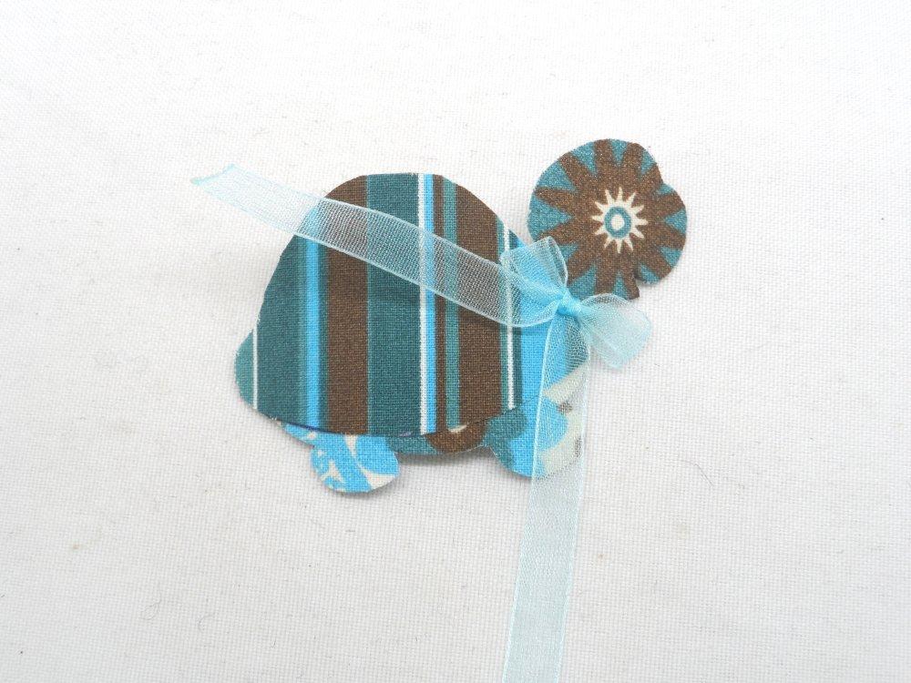 n°2089 Animaux tortue sur polyphane en tissu ton chocolat et bleu nœud organza bleu