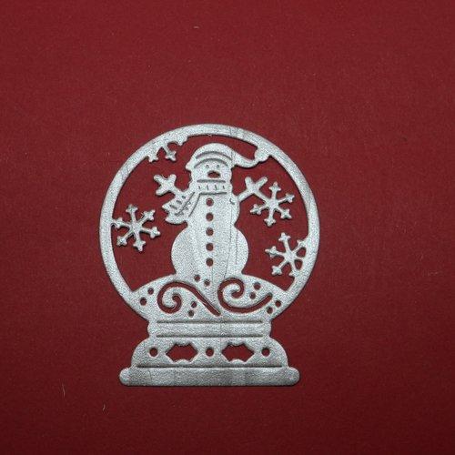 N°107 boule à neige avec bonhomme de neige et flocons  en papier tapisserie argenté a découpage  fin