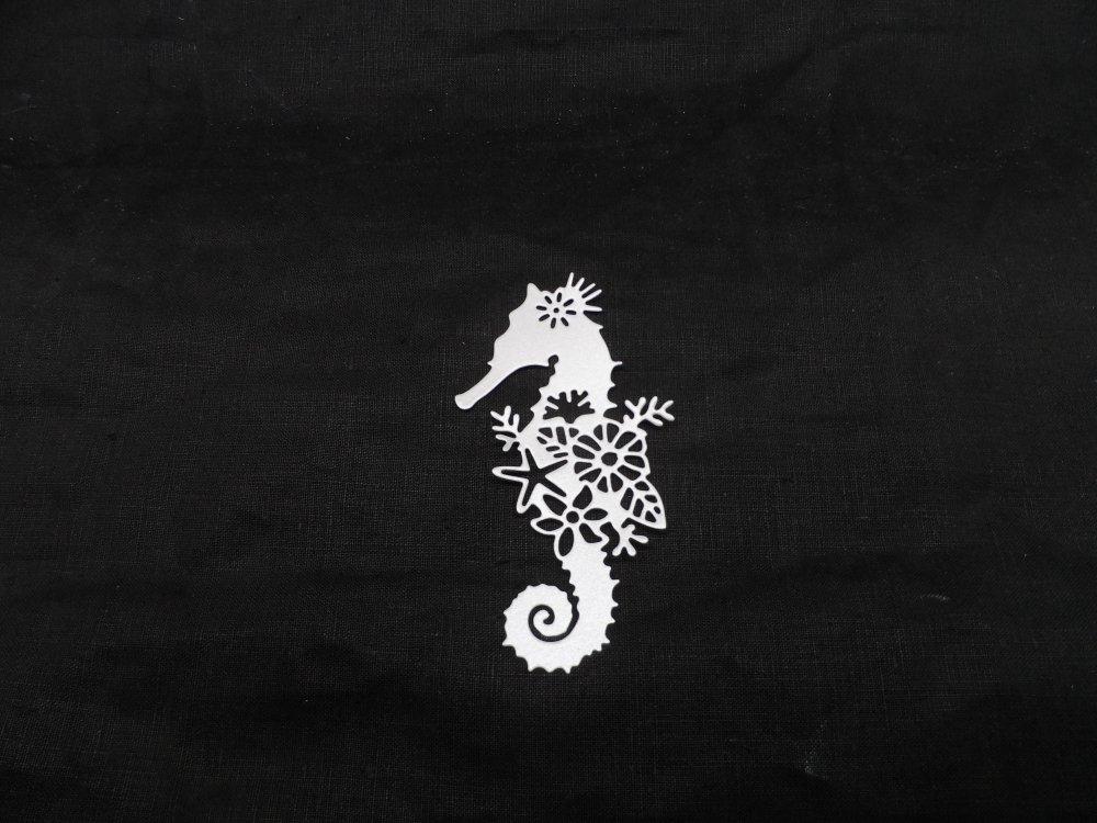 n°1329  hippocampe poisson  avec fleurs en papier gris clair irisé   découpage