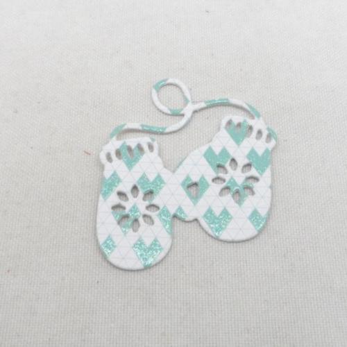 N°1341   paire de gants  en papier fond blanc à motif  vert   découpage