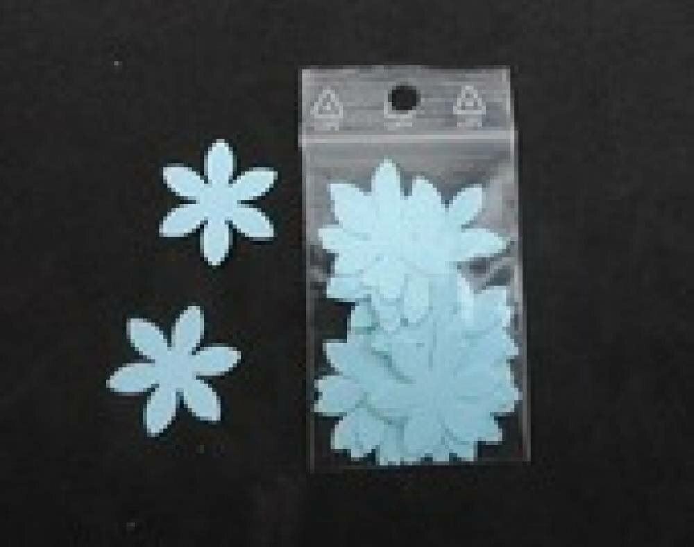 n°40 lot de 25 petites fleurs en papier bleu ciel   embellissement découpe