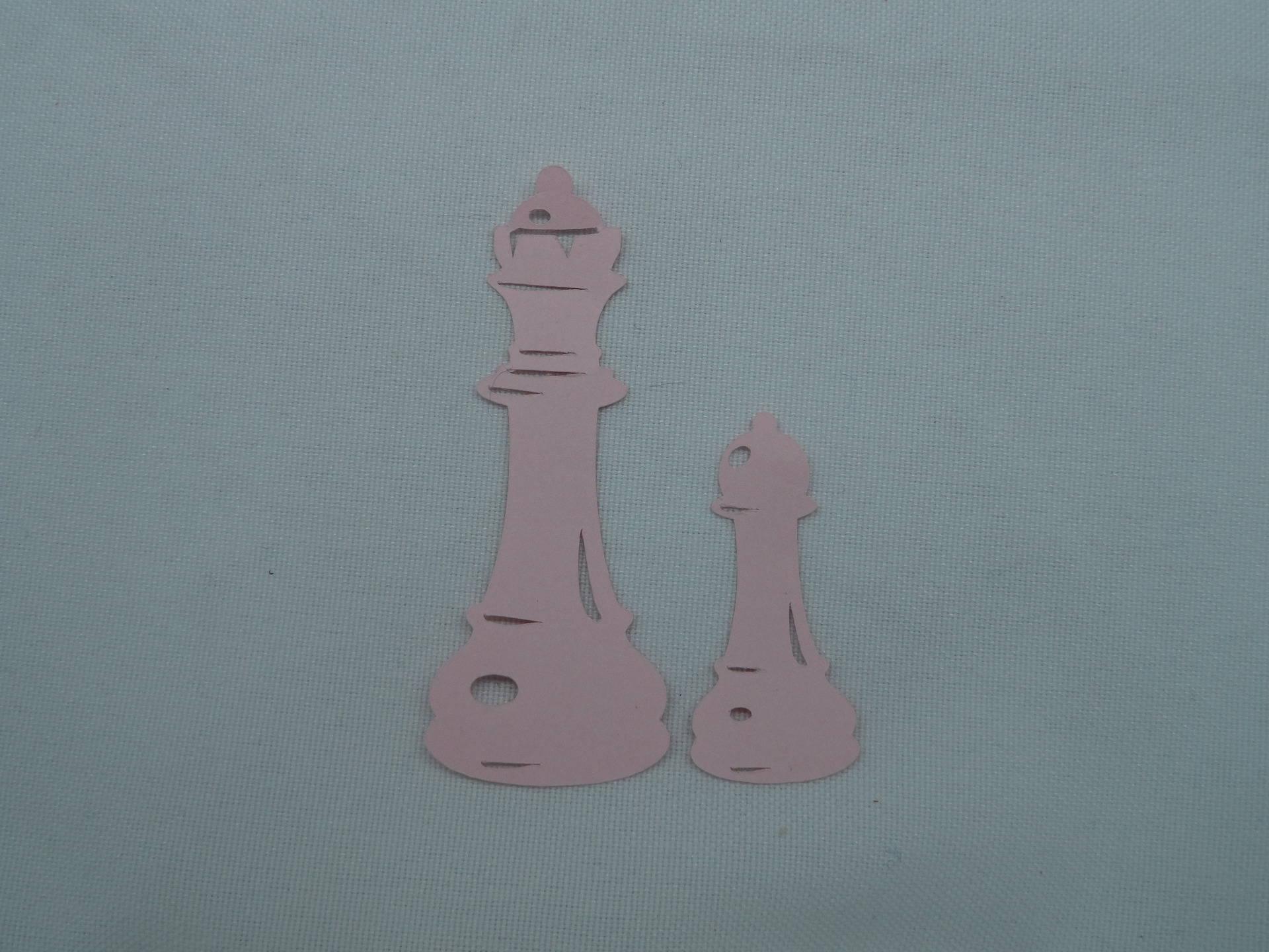 n°144 deux pièces d'échec en papier rose  découpage fin