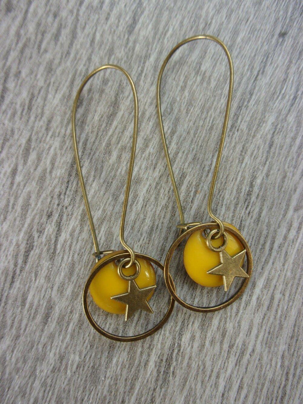 """Boucles d'oreilles """"Petite Saturnia"""" et leur étui étoilé (pour oreilles percées) laiton et émail jaune"""