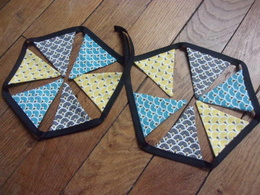 Guirlande de 12 fanions rose bleu et jaune, motifs éventails, japonisant, tons jaune/turquoise/marine. Tissus coton