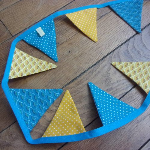 Guirlande de 12 fanions turquoise et jaune, chic et tendance, motifs japonisants et pois. tissus coton