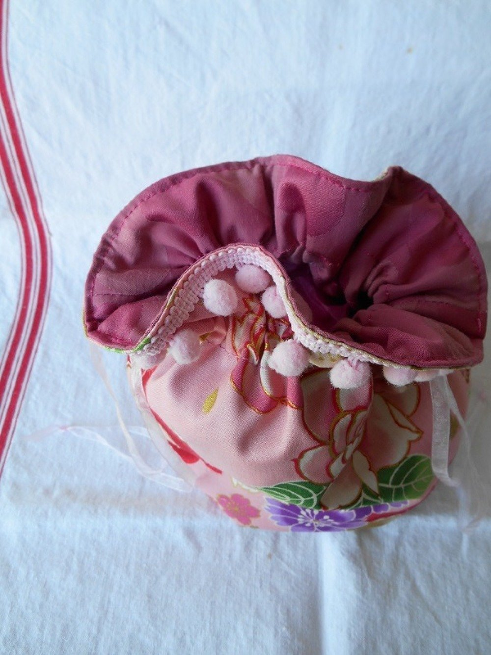 Pochon élégant motifs asiatiques roses