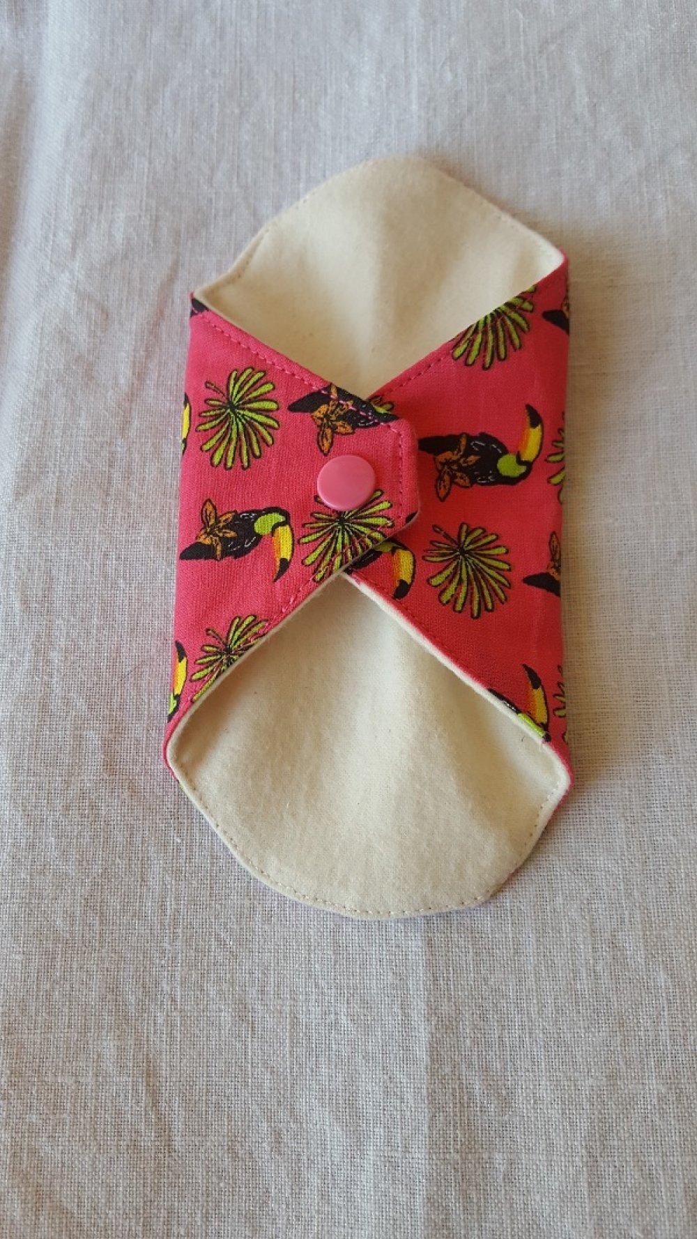 Protège-slip lavable  toucans sur fond fuchsia à l'unité