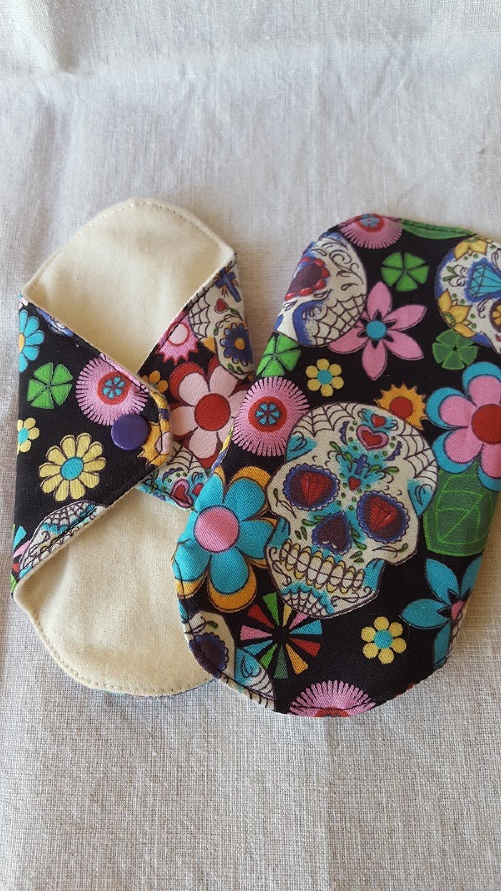 Protège-slip lavable  têtes de mort multicolores sur fond noir à l'unité