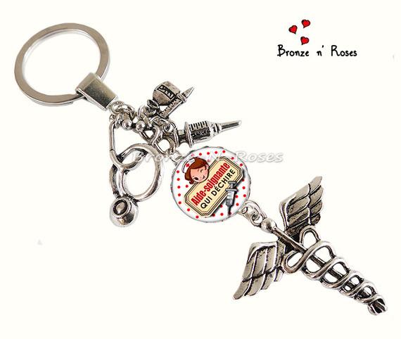"""Porte clés """" Super aide-soignante !"""" cabochon métal argenté breloque seringue pois rouges"""