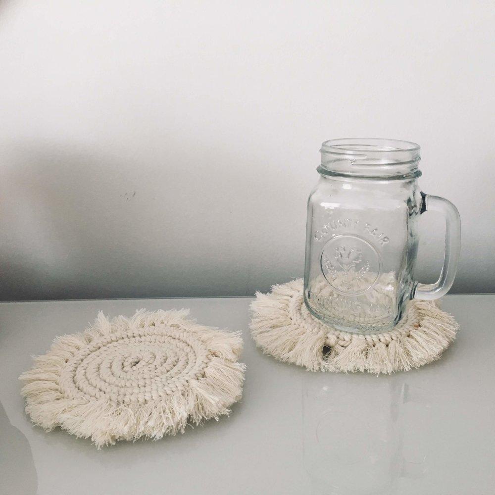 Sous-verre en macramé de forme spirale
