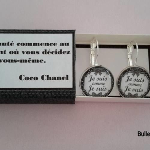 """Boucles d'oreilles cabochon """"je suis comme je suis"""" et boîte cadeau assortie"""