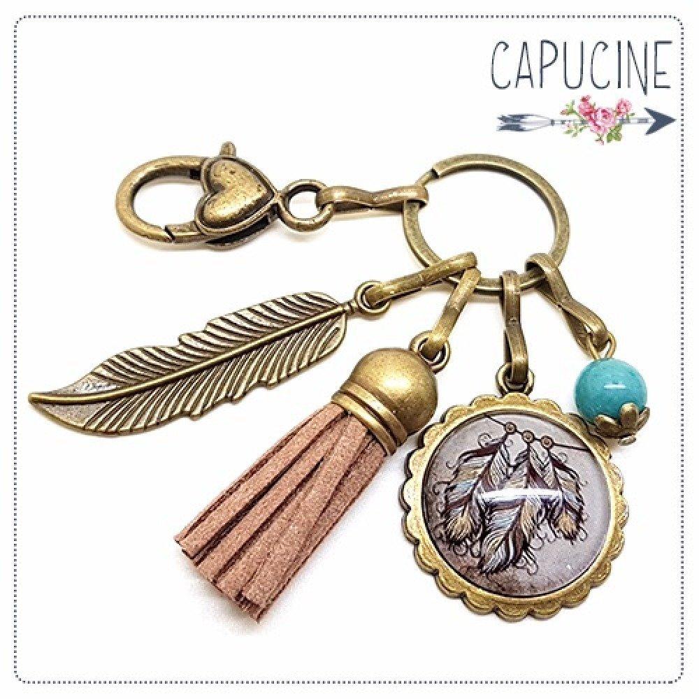 Porte clés bronze avec cabochon verre attrape rêves - Bijou de sac plumes bronze et pompon suédine - Attrape rêves