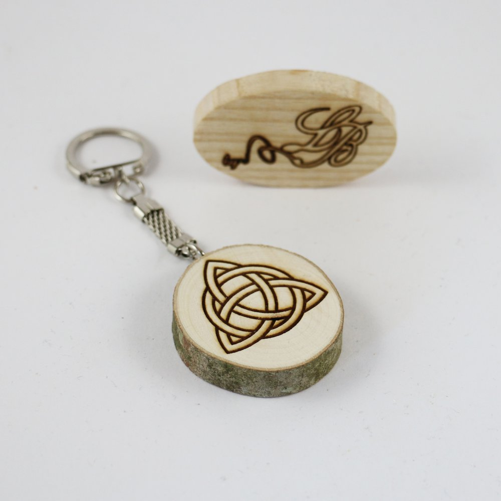 Porte-clés celte en rondelle de bois gravé avec le symbole du triquetera
