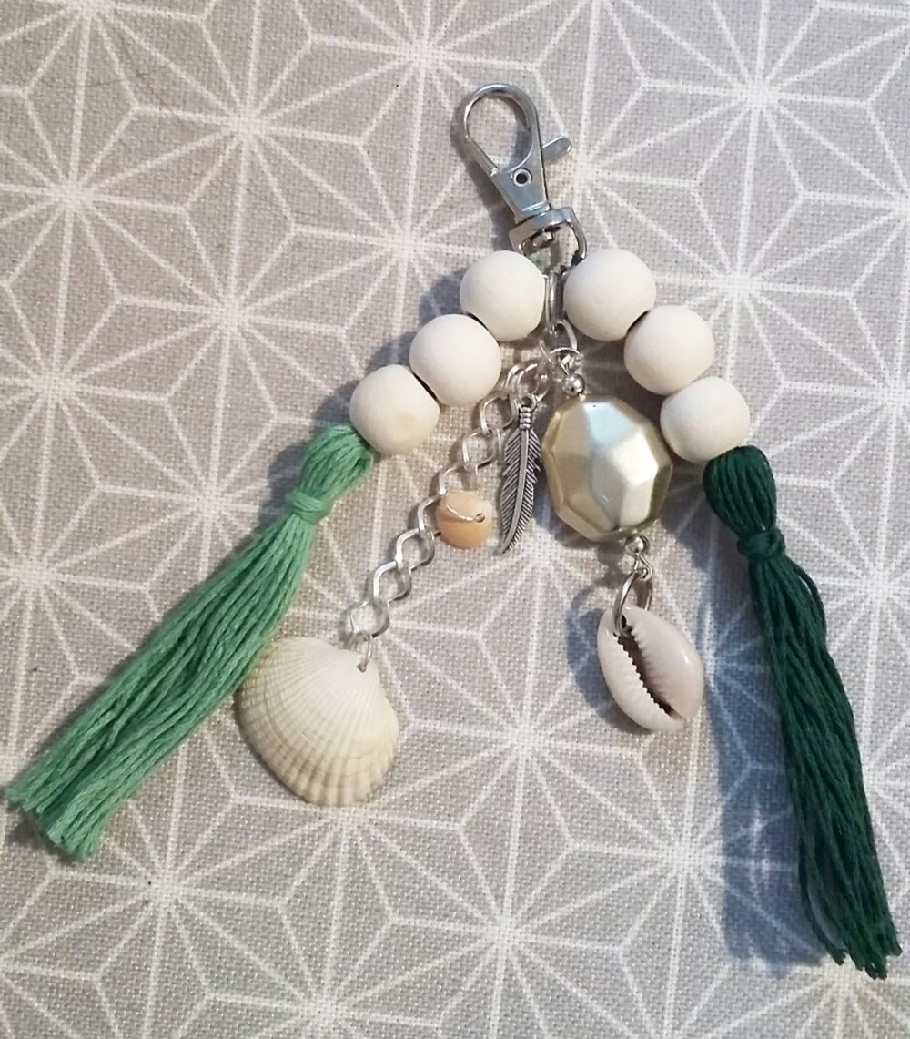 Porte-clé ou bijou de sac avec mousqueton - perles en bois, plume, pompons, coquillage