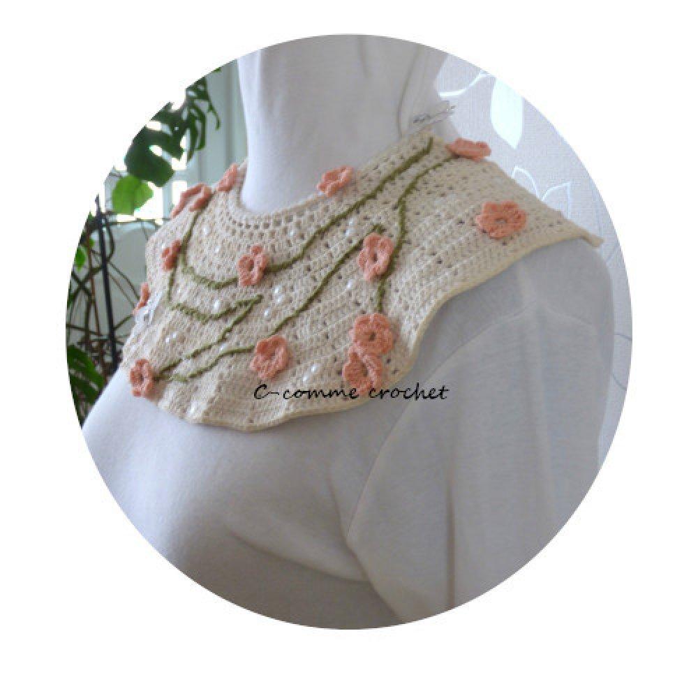 Collier Plastron fleur de cerisier au crochet. Bijou fantaisie femme en coton de couleur écru. Original et unique