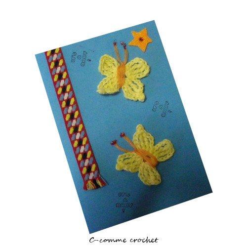 Carte postale de félicitions naissance décoré de deux petits papillons jaune au crochet