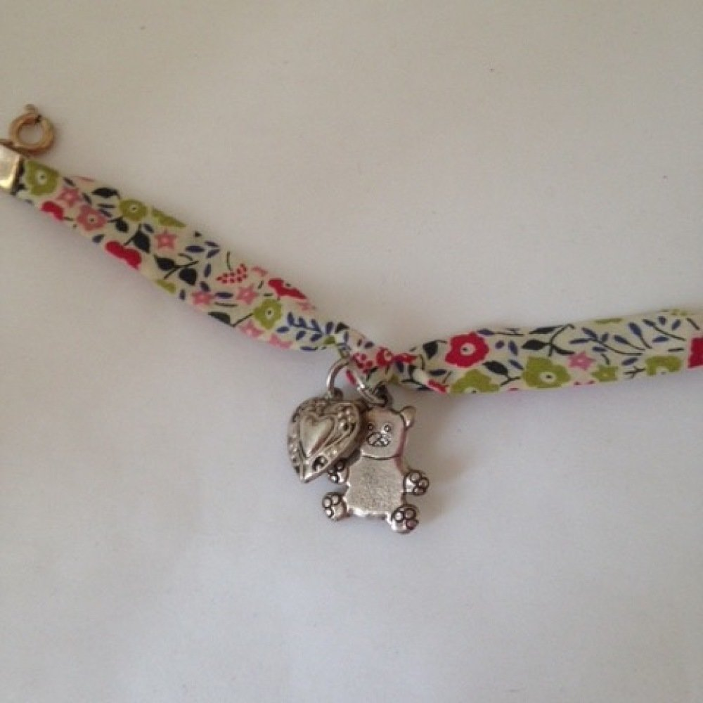 Bracelet enfant breloques coeur et ourson en liberty vert et rose