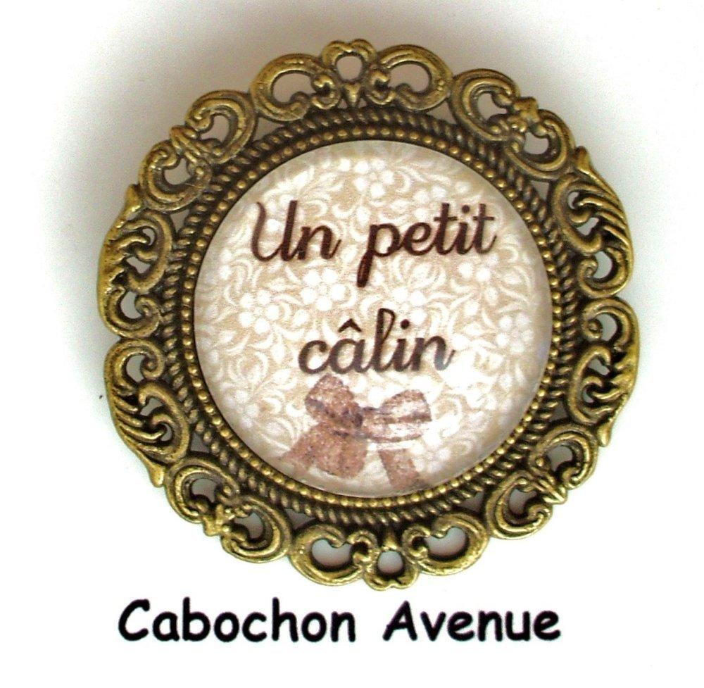 S.7.436 Bijou fantaisie maman petit calin broche filigrane bronze cabochon verre idée cadeau maman fête des mères