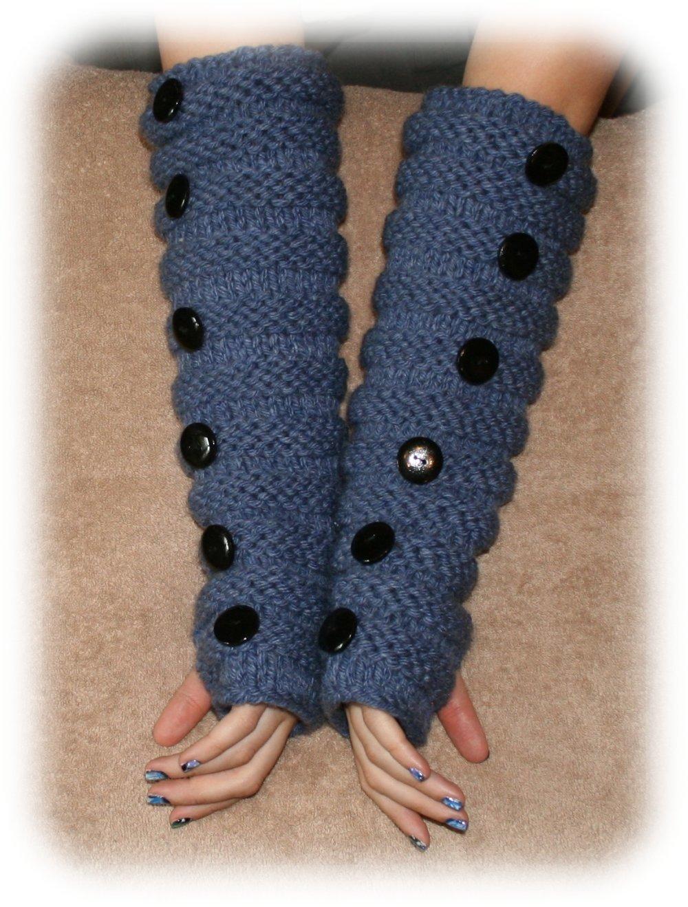 Mitaines-manchettes en laine bleue, au point de godron, ornées de boutons en bois peints