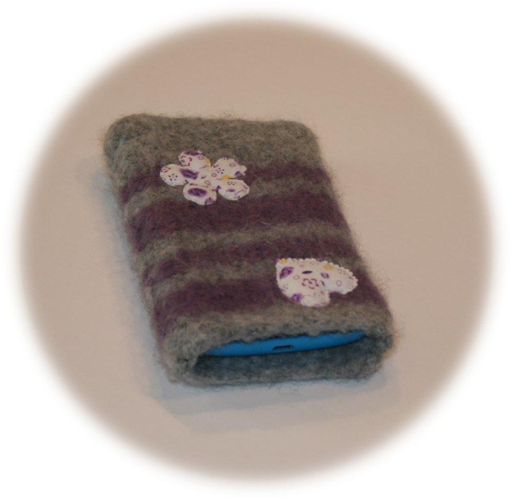 Etui pour smartphone rayé gris et parme orné  d'un cœur et d'une fleur en tissu