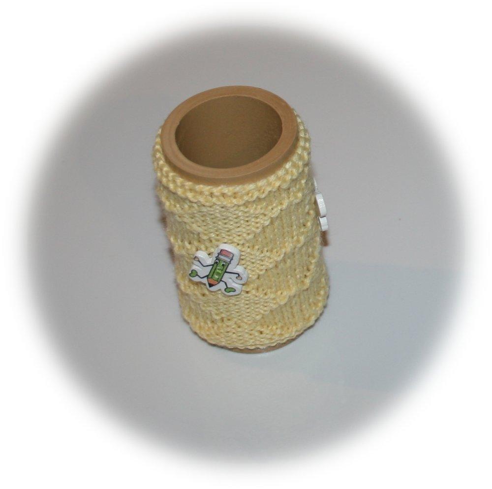 Pot à crayons avec une housse en laine jaune