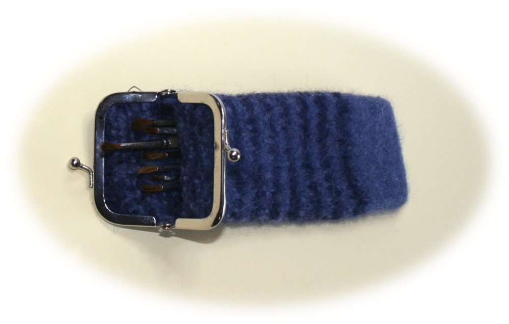 Trousse en laine feutrée rayée ardoise et bleu marine décor ardoise