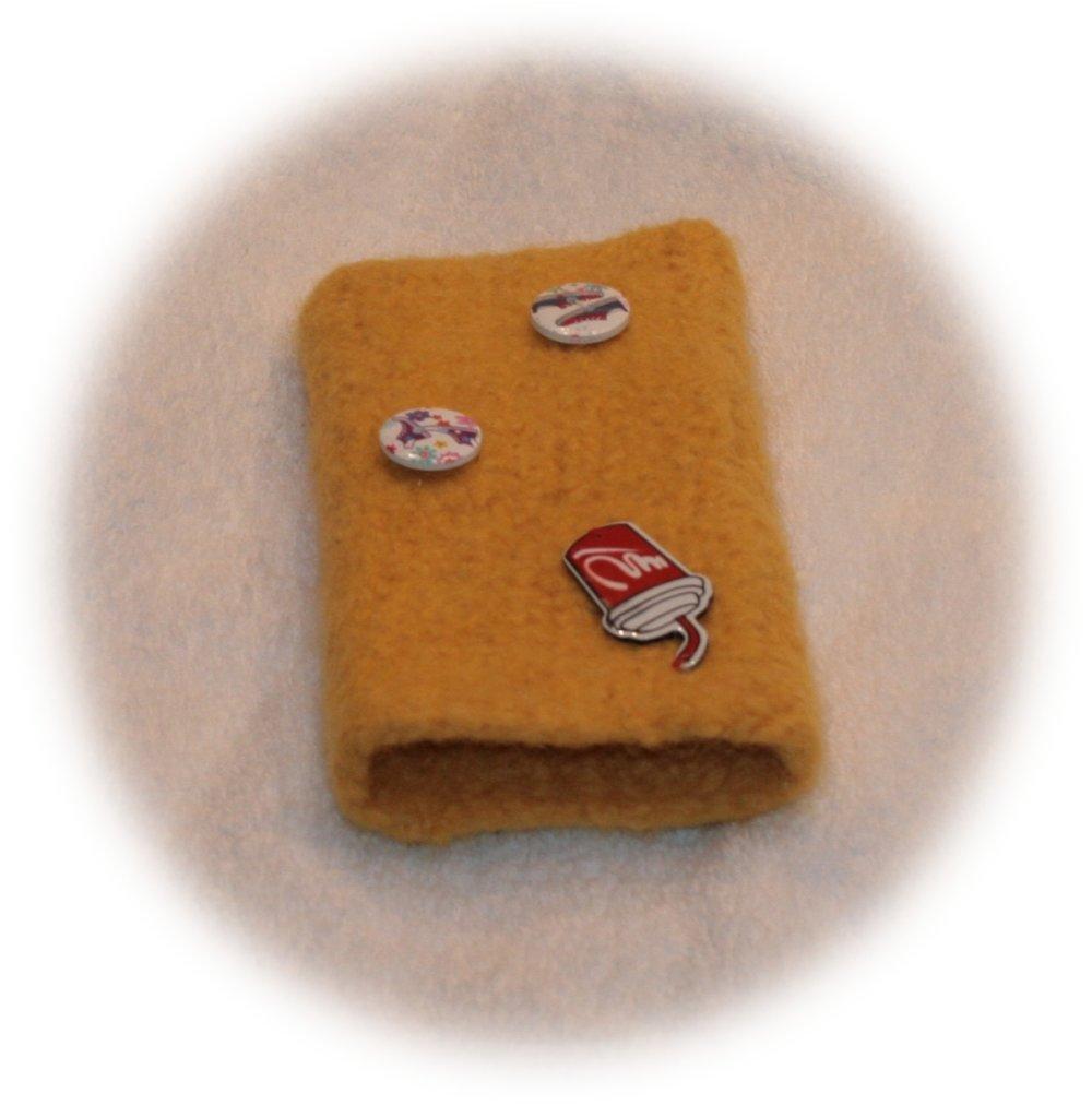 Etui à Smartphone en laine feutrée jaune décor gobelet et boutons chaussures de sport