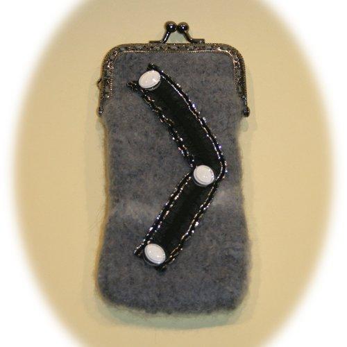 Etui à lunettes feutré gris orné ruban noir et boutons blancs