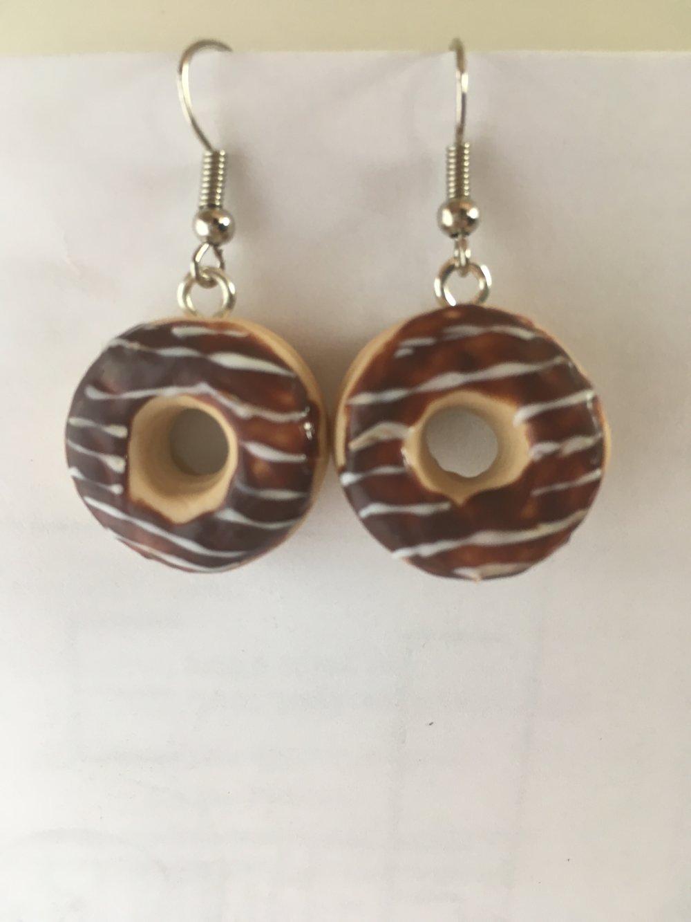 Boucles d'oreilles pendantes - Donut au chocolat en pâte polymère