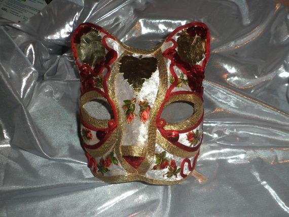 masque vénitien de chat en véritable papier mâché: velours blanc et fleurs