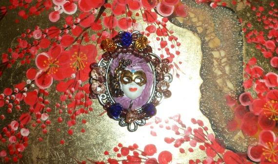 broche baroque ou medaillon avec petit masque vénitien mauve et doré