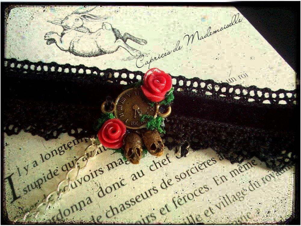 Collier Ras de cou en dentelle noire et velours noir avec ses fleurs rouge et têtes de mort
