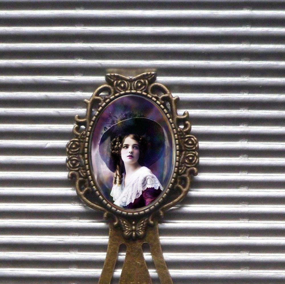 Marque-page avec cabochon en métal cuivré :la belle dame au chapeau